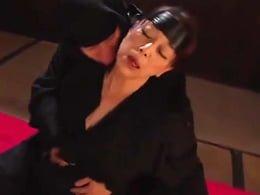 媚薬を塗り込めた肉棒をぶっ挿される爆乳熟女くノ一! 青井マリ