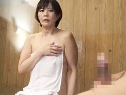 混浴温泉で近所の奥さんとばったり会って勃起チ◯ポ見せたらしゃぶってきたw 円城ひとみ