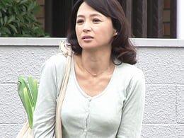 庭でお漏らししちゃったのを写メを撮られた青年に好き放題犯される五十路妻! 安野由美