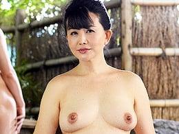 五十路手前の母が山間の温泉宿で息子と濃厚セックス! 浅井舞香