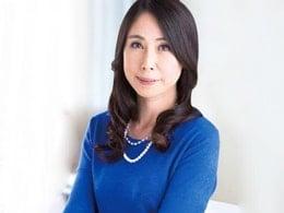 47歳の貧乳四十路熟女がひと回り以上年下の若者と濃厚ハメ! 楓美知子