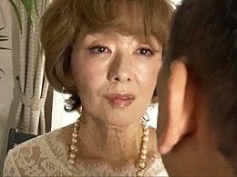 六十路の高齢熟女が妖艶に冴えない中年男を誘いセックス! 真梨邑ケイ