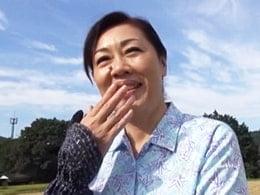 新潟の田舎の六十路熟女の家にお邪魔して巨尻にズボズボ! 浦野明美