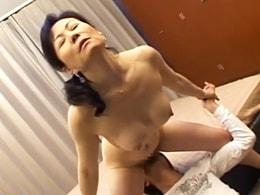 「あぁ〜ダメェ〜」息子の激しい突き上げに悶絶する五十路母! 澤村美香