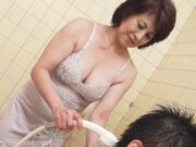 五十路のむっちり母に欲情した息子が風呂場でセックス! 高杉美幸