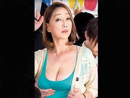 「怖いのに濡れちゃってる…」電車でさわられた五十路妻! 青井マリ